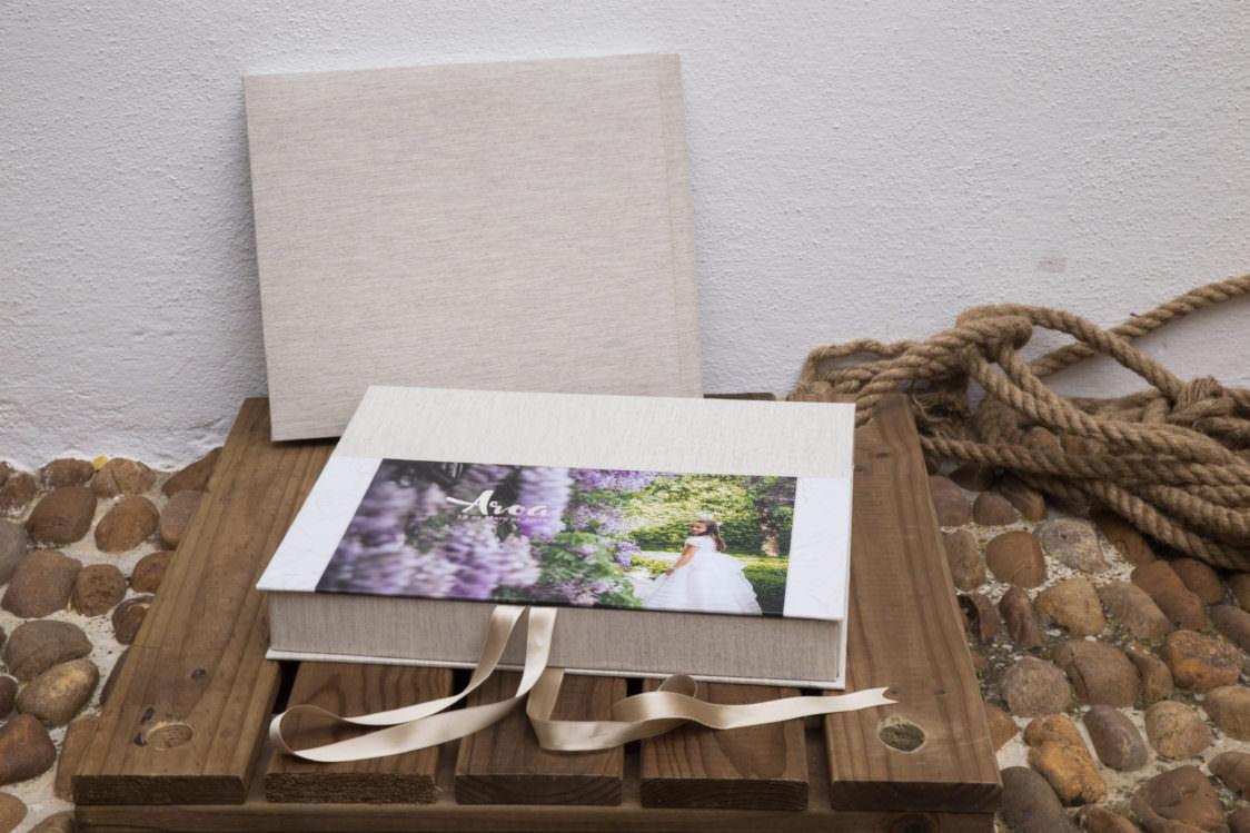 album digital ohquefoto comuniones caja 1124x749 - ¿CÓMO ENCONTRAR UNA BUENA FOTÓGRAFA PARA TU REPORTAJE DE COMUNIÓN? (POST+REGALO)