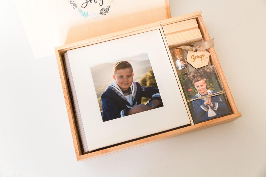 fotografos-comuniones-vigo-La-mejor-fotógrafa-de-comuniones-de-Vigo-ohquefoto-fotografia-infantil-album-comunion-caja-madera2